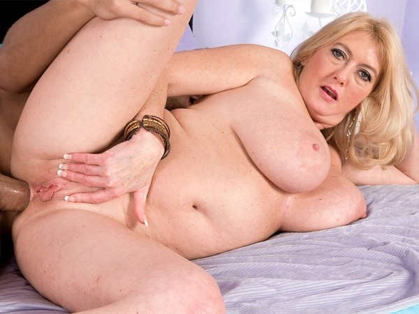 Tahnee Taylor in The super-busty MILF gets ass-fucked