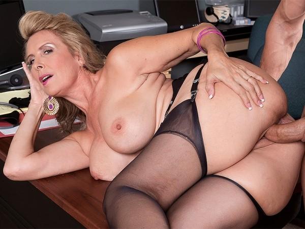 Laura Layne in Hot wife Laura Layne eats cum